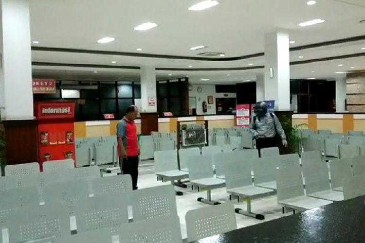 Petugas melakukan penyemprotran disinfektan di ruang tunggu kantor Samsat Solo