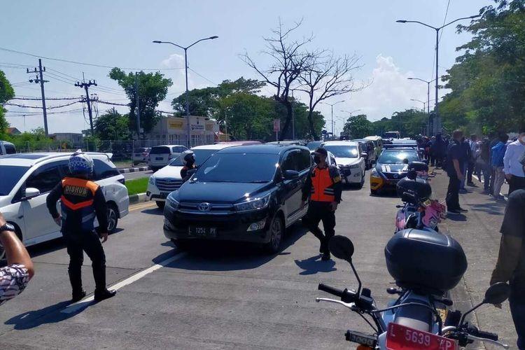 Pos penyekatan di pintu Jembatan Suramadu sisi Surabaya dijaga ketat pasca terjadi lonjakan kasus Covid-19 dii Pulau Madura, terutama di Kabupaten Bangkalan, Minggu (6/6/2021).