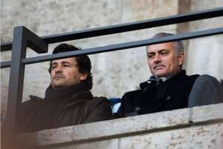 Jose Mourinho (kanan) secara terang-terangan mendukung Leicester City untuk menjadi juara Premier League musim 2015-2016.