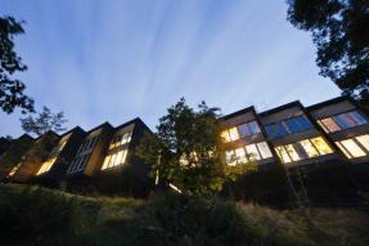 Memiliki rumah di tepi jurang ternyata tidak hanya memicu adrenalin pemiliknya. Lokasinya yang unik serta keindahan lingkungan di sekitar jurang juga menstimulasi terciptanya kreatifitas.