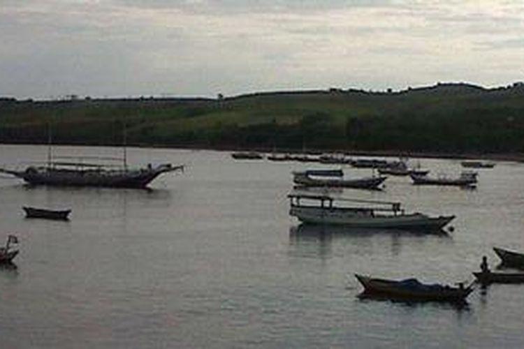Kapal-kapal ikan milik nelayan Waewole di sekitar Dermaga Waewole, Kelurahan Watu, Kecamatan Kota Komba, Kabupaten Manggarai Timur berlabuh dan tidak melaut akibat cuaca buruk, Jumat (11/1/2013).