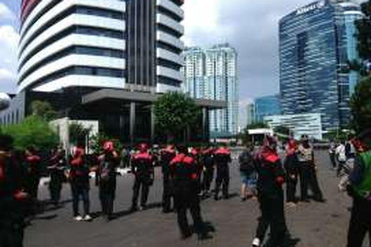 Puluhan masa pengunjuk rasa yang berasal dari kalangan buruh, akhirnya tiba di gedung baru KPK di Kuningan, Jakarta Selatan. Penjagaan kepolisian pun diperketat dengan membentuk barikade di depan jalan dan pintu masuk gedung KPK. Kamis (2/6/2016).