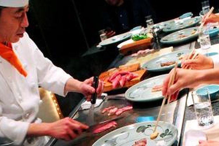 'Chef' di rumah makan Wakkoqu, Kobe, Jepang, menyiapkan sajian steik daging sapi kobe langsung di depan pesantap. Cara ini disebut teppanyaki.