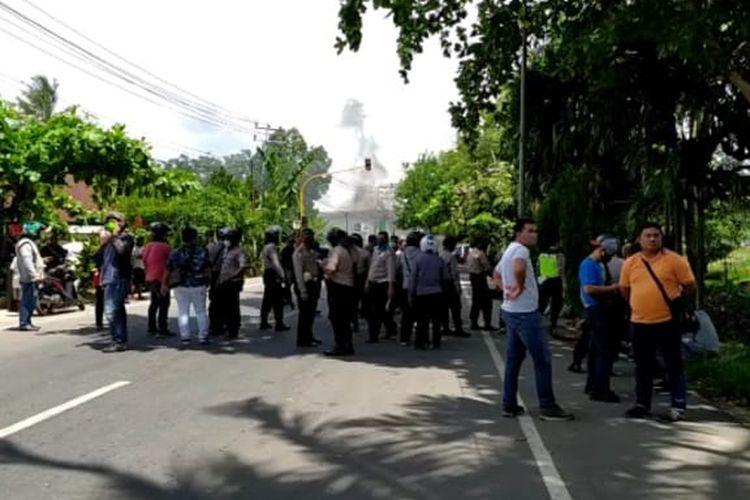 Dua kelompok warga terlibat bentrok di kawasan Terminal Remu, Kota Sorong, Papua Barat, dua kelompok saling serang dengan menggunakan batu dan alat tajam, Jumat  (8/5/2020) siang.