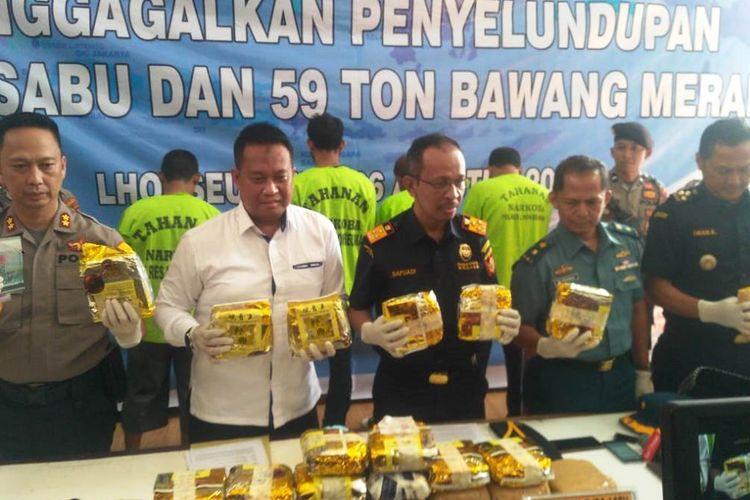 Polisi memperlihatkan 25 kg sabu asal Malaysia yang diselundupkan dalam 59 ton bawang merah di Mapolres Lhokseumawe, Aceh, Senin (26/8/2019). Polisi memperkirakan penyelundupan ini berkaitan dengan jaringan internasional asal China.