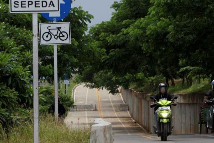 Pengendara sepeda motor memasuki jalur sepeda di kawasan Kanal Banjir Timur, Jakarta, Senin (4/3/2013). Jalur yang seharusnya dikhususkan untuk pesepeda sepanjang 23,5 kilometer tersebut seringkali diserobot oleh pengendara motor.