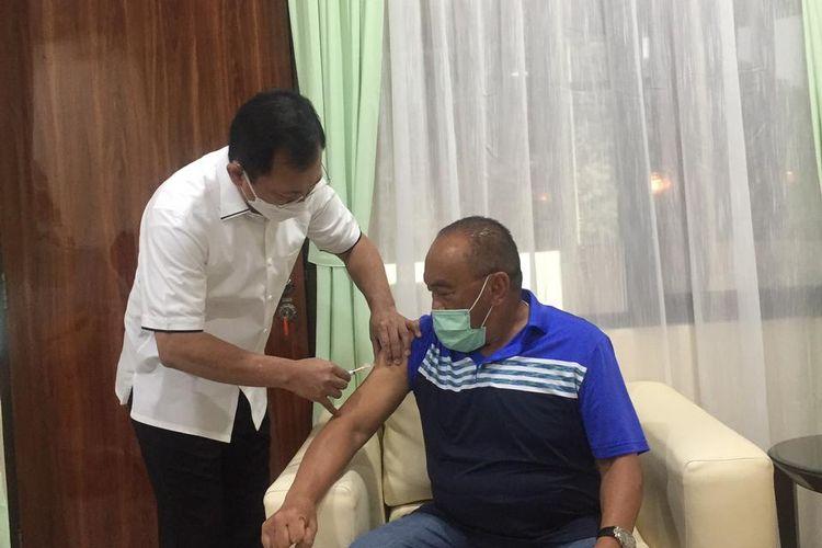 Mantan Menteri Kesehatan Terawan Agus Putranto melakukan penyuntikan vaksin Nusantara kepada Politikus senior Partai Golkar Aburizal Bakrie, di RSPAD Gatot Soebroto, Jakarta, Jumat (16/4/2021).