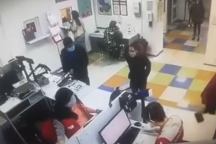 Tangkapan layar dari video menunjukkan momen ketika seorang perempuan melepas celananya, dan kemudian memakai celana dalam sebagai masker setelah dia tak dilayani di kantor pos Ukraina.