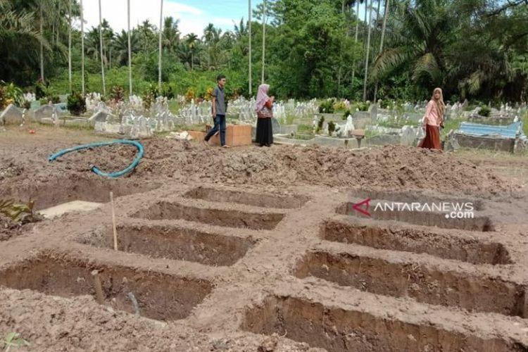12 liang lahat untuk para korban kebakaran pabrik mancis telah disiapkan di perkuburan muslim di Desa Sambirejo, Langkat (23/6).