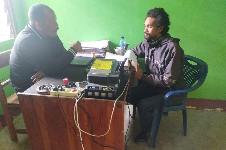 Edy Nesi alias Felix Nesi, warga Bitauni, Kecamatan Insana, Kabupaten Timor Tengah Utara (TTU), Nusa Tenggara Timur, saat dimintai keterangan langsung oleh Kapolsek Insana Ketut Suta
