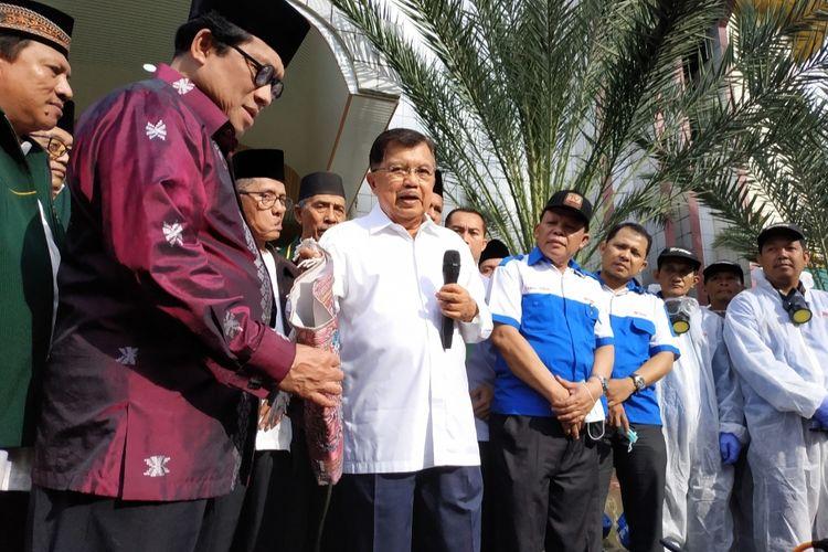 Ketua Umum Pimpinan Pusat Dewan Masjid Indonesia Jusuf Kalla saat memberikan sambutan dalam acara Gerakan Semprot Disenfectan 10.000 Masjid Antisipasi Penyebaran Virus Corona di Masjid Jami Al-Munawwar, Pancoran, Jakarta Selatan, Jumat (13/3/2020).