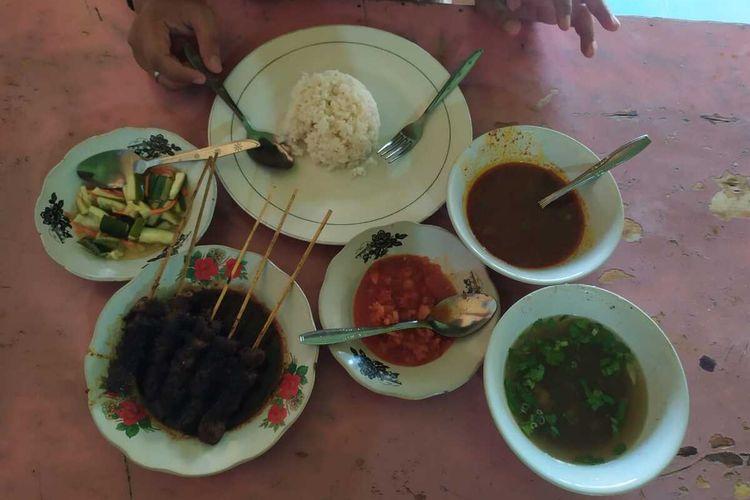 Sate Cucuk Manis khas Palembang yang dihidangkan bersama kuah kaldu dan sop, serta sambal buah mangga muda.