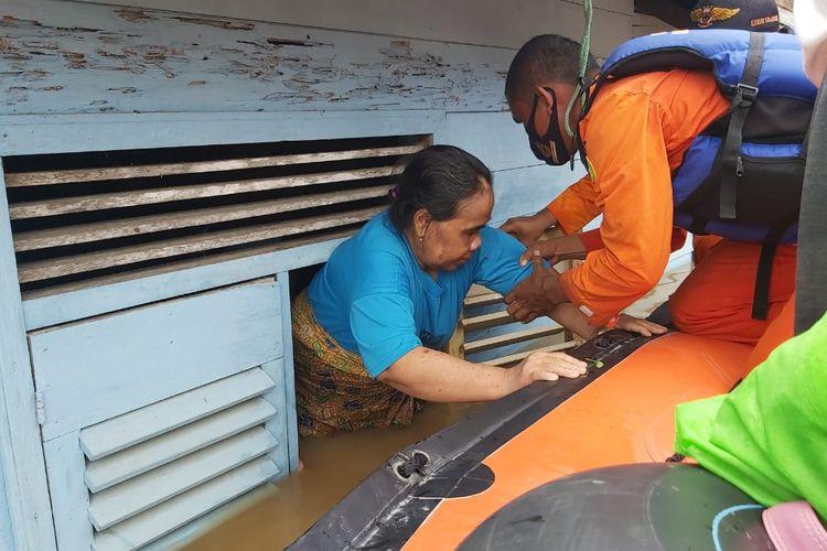 Salah satu warga yang terdampak banjir di Kecamatan Pengaron, Kabupaten Banjar, Kalsel dievakuasi melalui jendela rumahnya setelah terjebak banjir pada, Selasa (12/1/2021).