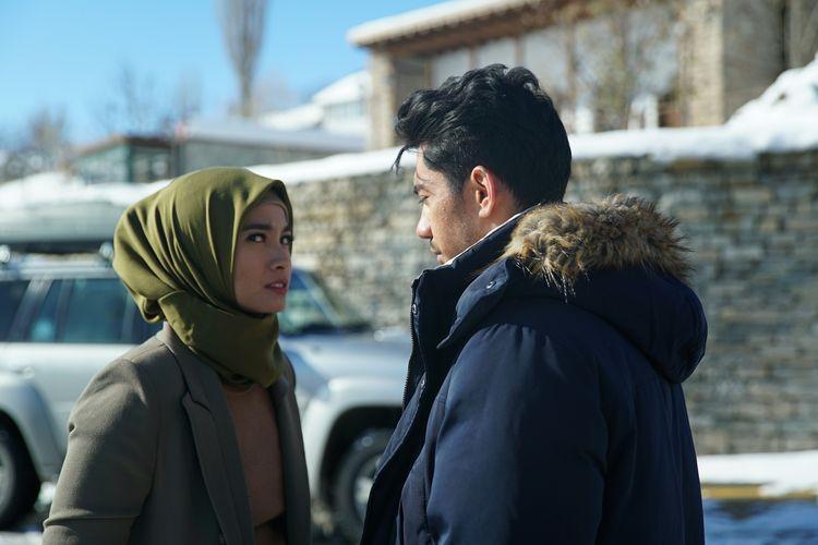 Potongan adegan dalam film Layla Majnun, yang diperankan oleh Reza Rahadian dan Acha Septriasa.