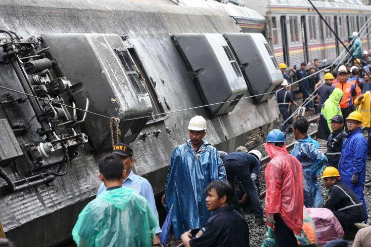 Proses evakuasi Kereta Rel Listrik 1722 jurusan Jatinegara - Bogor yang anjlok saat melintas di antara Stasiun Cilebut dan Bogor, Minggu (10/3/2019). Akibatnya, enam orang mengalami luka-luka dan sejumlah perjalanan KRL lintas Jakarta Kota-Bogor terganggu.