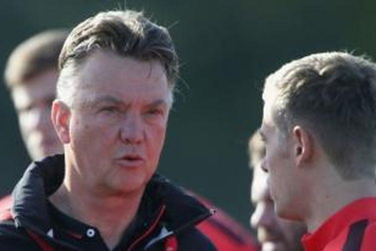 Manajer Manchester United, Louis van Gaal, dan penyerang muda, James Wilson.