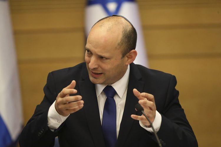 Perdana Menteri Israel yang baru, Naftali Bennett, saat memimpin rapat kabinet pertama di Yerusalem, Minggu (13/6/2021). Parlemen Israel sepakat memilih koalisi baru yang mengakhiri 12 tahun kepemimpinan Benjamin Netanyahu, PM Israel terlama sepanjang sejarah. Bennett sendiri adalah mantan sekutu Netanyahu.