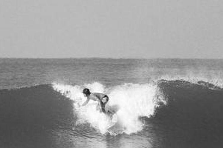 Peselancar asal Bengkulu mencoba ombak Pantai Panjang, Kota Bengkulu, Provinsi Bengkulu, akhir pekan lalu. Beberapa tahun terakhir, Pantai Panjang dijadikan lokasi berselancar karena ombaknya yang cukup bagus. Selancar kini berpotensi dikembangkan menjadi daya tarik baru wisata Bengkulu.