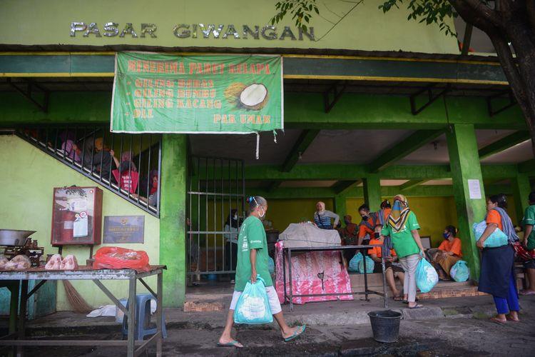 Buruh gendong membawa bantuan paket bahan pokok dari Yayasan Dana Kemanusiaan Kompas (DKK) di Pasar Giwangan, Yogyakarta, Jumat (15/5/2020).  Bantuan tersebut disalurkan melalui Yayasan Annisa Swasti kepada 434 buruh gendong di Pasar Giwangan, Beringharjo, Kranggan, dan Gamping. Bantuan tersebut diberikan untuk membantu para buruh gendong menjalani kondisi serba terbatas selama pandemi Covid-19.      KOMPAS/FERGANATA INDRA RIATMOKO