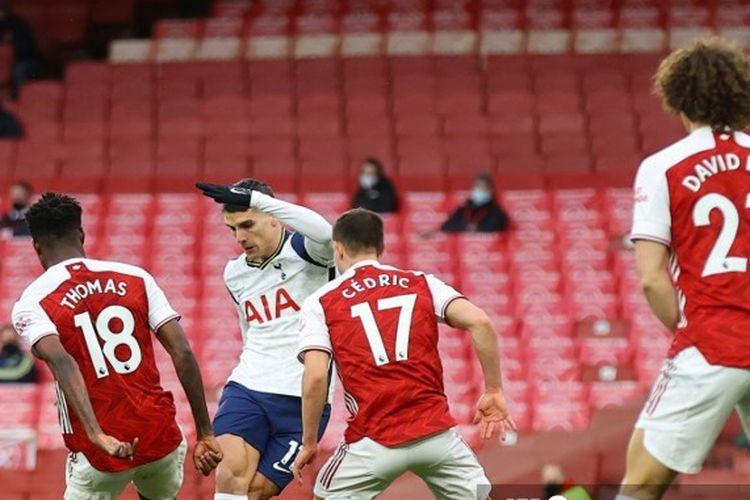 Erik Lamela melakukan tendangan rabona dalam laga Arsenal vs Tottenham Hotspur pada pertandingan Liga Inggris 2020-2021 yang dilangsungkan di Stadion Emirates, London, Minggu (14/3/2021).