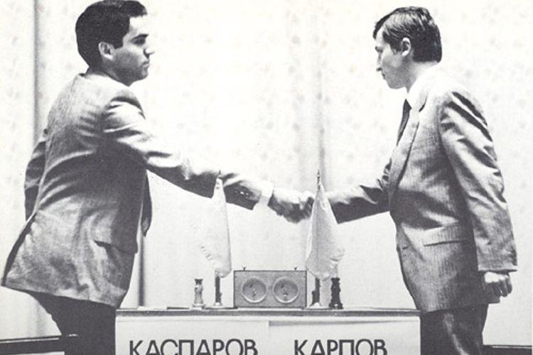 Garry Kasparov (kanan) menyalami Anatoly Karpov dalam laga memperebutkan gelar juara dunia di Moskwa pada 1985.