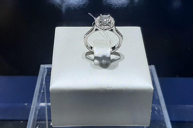 Cincin berlian MEC Ultimate dari Miss Mondial Jeweler.