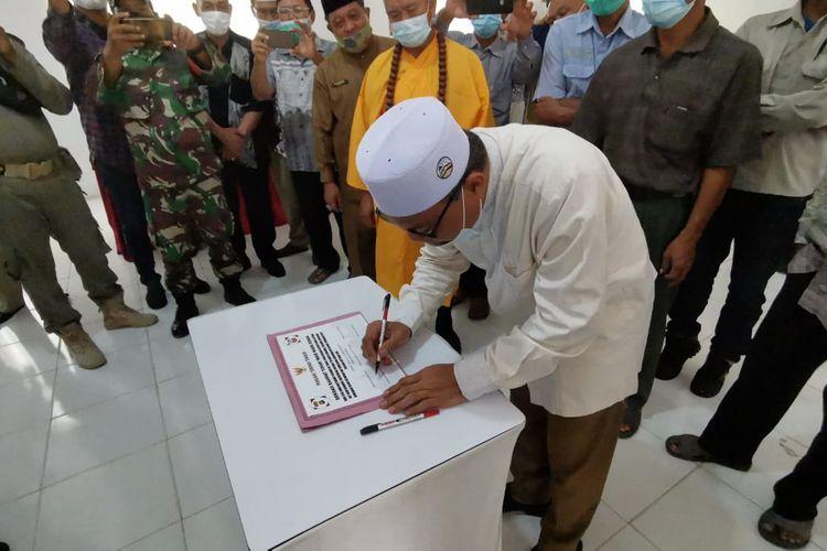 Perwakilan dari Agama Islam saat menandatangani piagam tebing tinggi yang mengatur kerukunan umat beragama di daerah setempat agar mengedapankan toleransi dan kerukunan beragama demi keutuhan NKRI