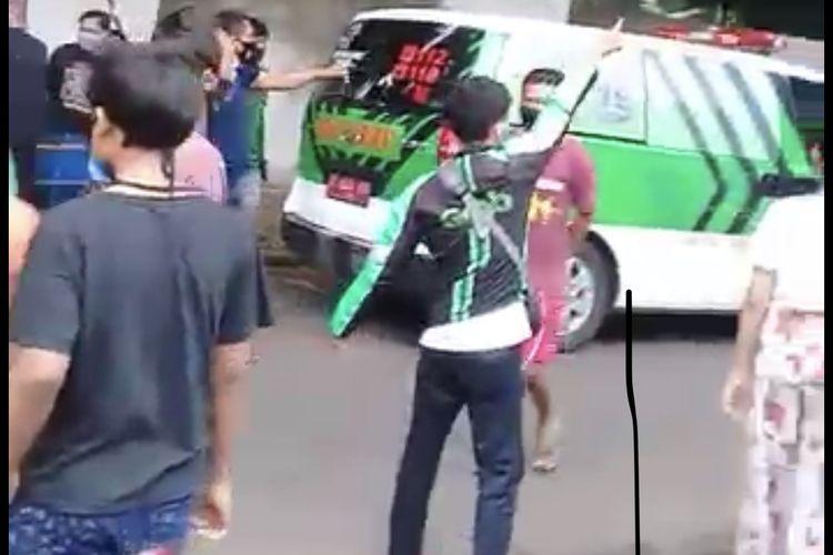 Sebuah mobil pick up yang tengah membawa besi hulu menabrak empat motor di Jalan Kebagusan Raya tepatnya di depan PT. Quality Building, Kebagusan, Pasar Minggu, Jakarta Selatan pada Kamis (5/11/2020) sekitar pukul 12.00 WIB.