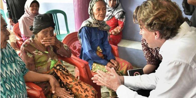 Menteri Luar Negeri Belanda, Bert Koenders (kanan) berjumpa dengan Lasem (kedua dari kiri), pada Maret 2016. Lasem adalah satu-satunya janda korban pembantaian Rawagede yang tersisa.