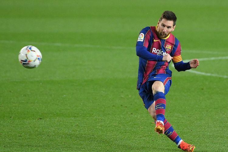 Penyerang Barcelona. Lionel Messi, menendang bola dalam duel Liga Spanyol 2020-2021 menghadapi Huesca di Stadion Camp Nou pada 15 Maret 2021.