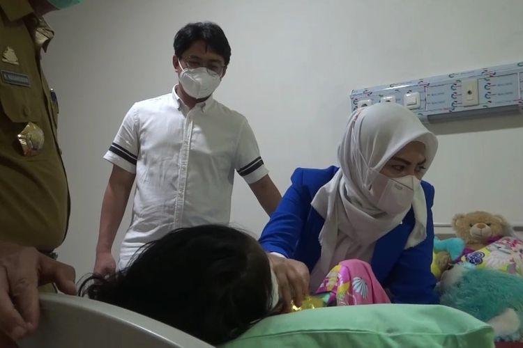 AP (6), korban ritual oleh kedua orangtuanya mulau membuka diri dan bertatap muka dengan orang lain pasca menjalani operasi mata kanan di rumah sakit umum daerah (RSUD) Syech Yusuf, Sungguminasa, Kabupaten Gowa, Sulawesi Selatan. Selasa, (7/9/2021).