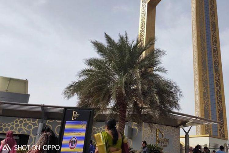 Dubai Frame, sesuai namanya, memang berbentuk pigura dengan ukuran raksasa. Dilapisi emas, gedung ini menjulang setinggi 150 meter dari permukaan tanah.