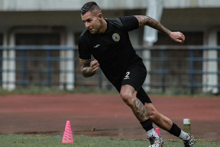 Penggawa PS Sleman Aaron Evans saat berlatih di ajang Piala Menpora, Sabtu (27/3/2021), di Bandung.