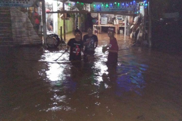 Ratusan rumah di Desa Cikeruh, Jatinangor, Sumedang, Jawa Barat terendam banjir akibat luapan air Sungai Cikeruh, Minggu (13/1/2019) malam.