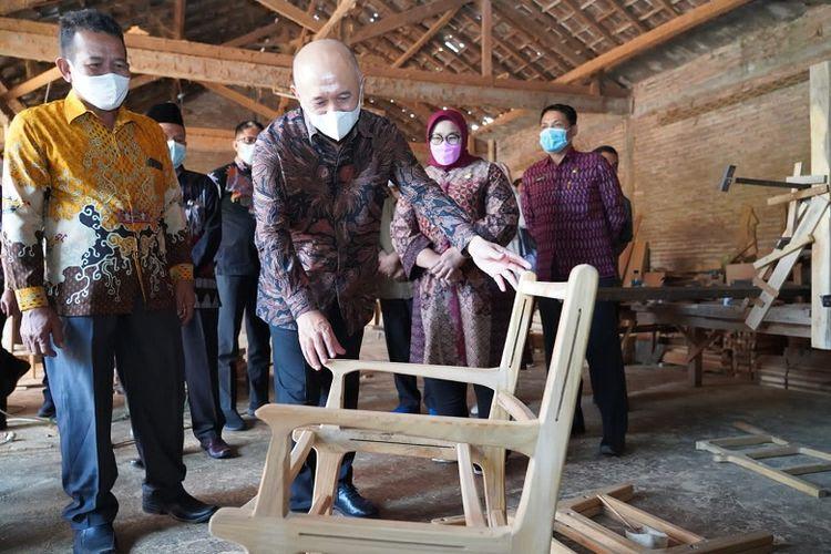 Menteri Koperasi dan UKM (Menkop UKM) Teten Masduki saat mengunjungi workshop Mardi Furniture di Sragen, Jawa Tengah