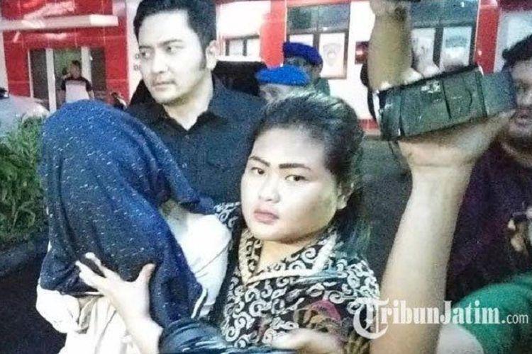 Dengan kepala ditutupi kain biru, PA dibawa ke Ditreskrimsus Polda Jatim, Surabaya, Jumat (25/10/2019).