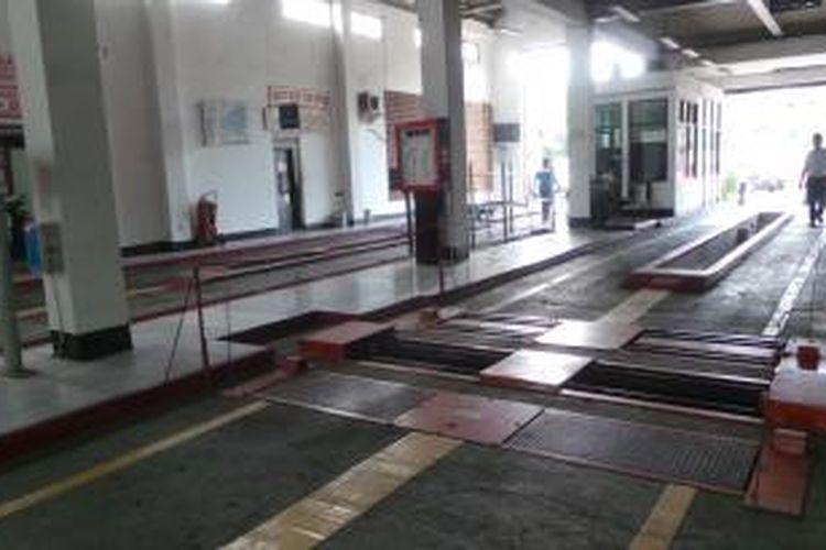 Tempat pengujian kendaraan di Pulogadung, Jakarta Timur. Kamis (24/7/2014).