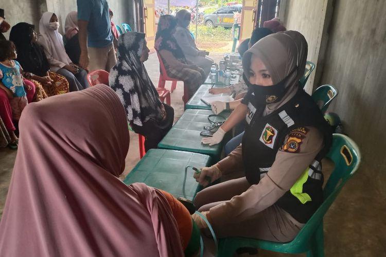 Pengobatan dilakukan terhadap ratusan warga di Posko terpadu penanganan bencana Polres Lhokseumawe di Desa Pulo Klat, Kecamatan Samudera, Kabupaten Aceh Utara, Selasa (8/12/2020).