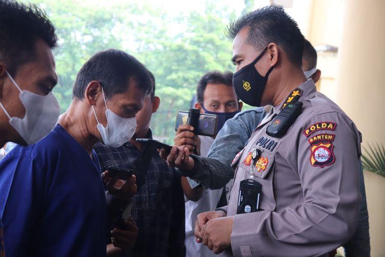Tersangka MS saat dimintai keterangan oleh Kabid Humas Polda Banten Kombes Pol Edy Sumardi