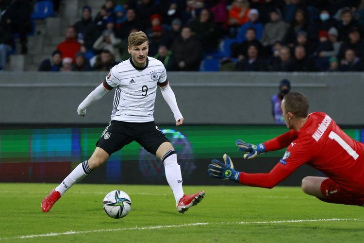 Timo Werner mencetak gol bagi Timnas Jerman saat menghadapi Islandia. Timnas Jerman melengkapi tren positif mereka di bawah pelatih baru Hansi Flick dengan kemenangan meyakinkan 4-0 saat menghadapi Islandia pada Kamis (9/9/2021) dini hari WIB.