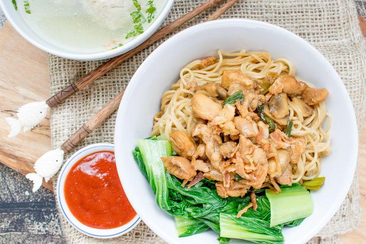 Ilustrasi bakmi topping ayam dan sawi di dalam mangkuk.