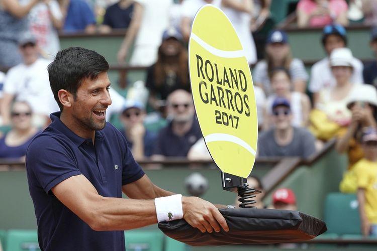Petenis Serbia, Novak Djokovic, ambil bagian dalam laga ekshibisi untuk mendukung Paris yang membidik menjadi tuan rumah Olimpiade 2024, jelang berlangsungnya turnamen Perancis Terbuka (Roland Garros) di Paris, Sabtu (27/5/2017).
