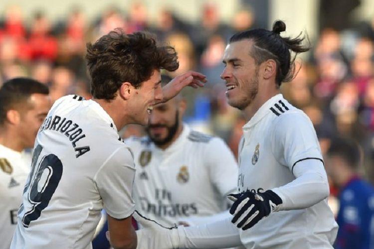 Alvaro Odriozola merayakan gol Gareth Bale pada laga Hueca vs Real Madrid dalam lanjutan La Liga Spanyol di Stadion El Alcoraz, 9 Desember 2018.