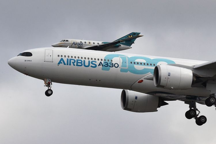 Sebuah pesawat Airbus A-330neo mendarat setelah melakukan penerbangan perdana, dengan helikopter merekam pendaratannya pada 19 Oktober 2017 di Bandara Toulouse-Blagnac, Perancis.