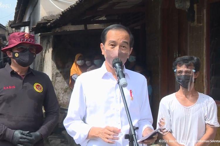 Foto tangkapan layar YouTube Sekretariat Presiden: Presiden Joko Widodo meninjau vaksinasi door to door di Desa Segaran, Delanggu, Kabupaten Klaten, Jawa Tengah, Senin (13/9/2021).