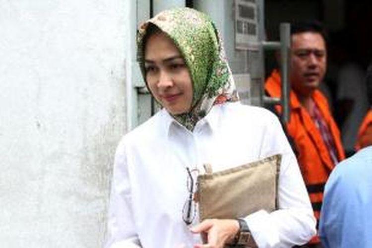 Walikot Tanggerang Selatan Airin Rachmi Diany (berbaju putih) kembali menjenguk suaminya Tubagus Chairi Whardana di tahanan Komisi Pemberantasan Korupsi di tahanan KPK, Jakarta, Senin (10/2/2014). Suami Airin Wawan ditahan KPK karena diduga terlibat dalam suap pengurusan sengketa Pilkada di Mahkamah Konstitusi yang juga melibatkan mantan Ketua MK Akil Mochtar.