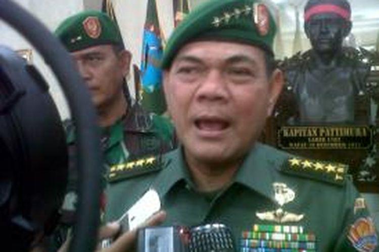 Kepala Staf TNI Angkatan Darat, Jenderal Budiman saat memebrikan keterangan pers kepada wartawan di Markas Kodam XVI Pattimura Ambon, Kamis (26/12/2013) petang.