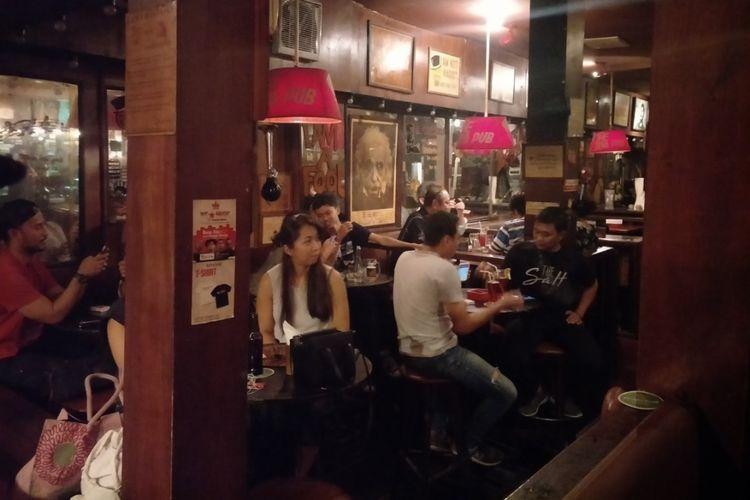 Pelanggan Jaya Pub menikmati alunan live music.