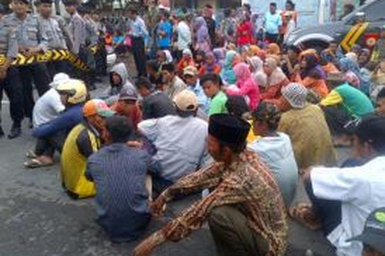 Massa dari Desa Larangan Slampar, Kecamatan Tlanakan, mendatangi Polres Pamekasan, dengan maksud menjemput kepala desanya yang ditahan karena menggelapkan Raskin.