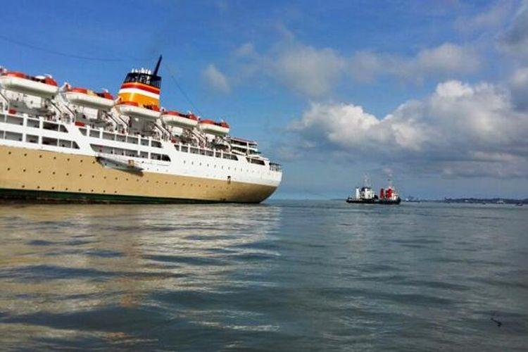 (foto PT Pelni).KM Lambelu yang mengangkut 576 penumpang saat ditarik dari lokasi kandas. KM Lambelu kandas di perairan Juata tarakan karena menghindari kapal tongkang.